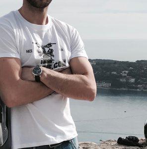 motard portant un tee-shirt icasque