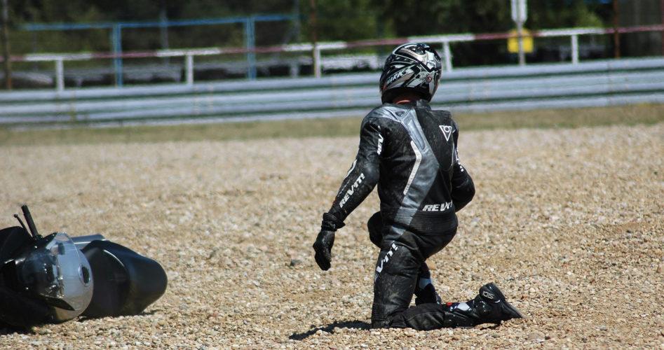 chute-sur-circuit-en-moto