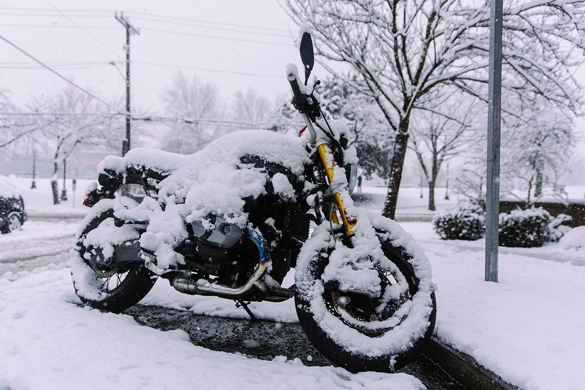 moto-sous-la-neige