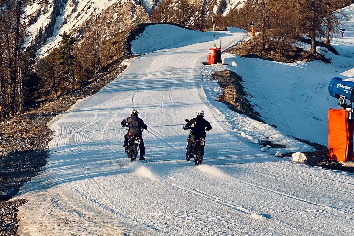 deux-motos-sur-la-neige